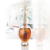 skleněná váza vysoká 28 cm, tvarovaná a transparentní